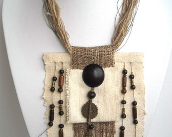 Collier plastron textile de créateur, naturel ethnique, fait main en coton bio, ortie, chanvre, bois, métal