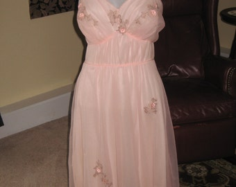Negligee from the 1950's or 1960's, soft pink with lovely flower appliques, size 36
