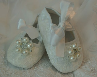 White lace baby shoes is just right for your little princess. Perfect for Christening/Baptism, Wedding or any special occasion
