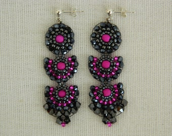 Hematitfarbene earrings with exterior Miyukiperlen and hematitfarbene Swarovski crystals.