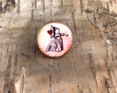 Queen of Hearts round badge - Alice in Wonderland character portrait - Vintage Bronze pin button - Lapel pin tie tack - John Tenniel