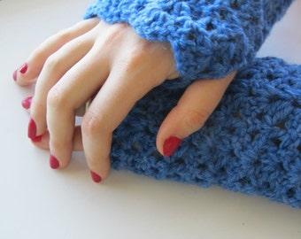 Crochet fingerless gloves, blue scallops