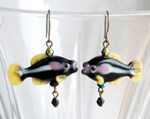 Les boucles d'oreilles Murano poissons Niobium, Black n poisson jaune Boucles d'oreilles, boucles d'oreilles Nature, cadeau amateur de pêche, pêcheur Hypo-allergéniques boucles d'oreilles
