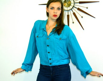 Vintage 80s Crop Top SILK Blouse Bright Aqua Blue Long Sleeve Big Pleat Pockets Brass Button Down Boxy Pleated Short Waist 1980s Cuff Shirt