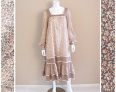 Vintage GUNNE SAX for Joseph Magnin calico prairie dress. Floral print with ribbon trim and ruffle skirt. 1970s.