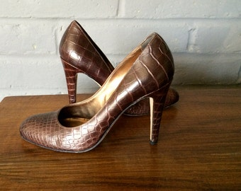 BALLY Modern Mad Men Pumps! Brown Alligator Embossed Leather Sexy Stiletto Heel Shoes 1990s 90s 1960s 60 Made in Italy Italian 40EU 9-1/2 US