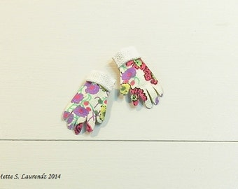 Dollhouse Gardening Gloves - Cream with flowers -  1:12 scale miniature (GA10)