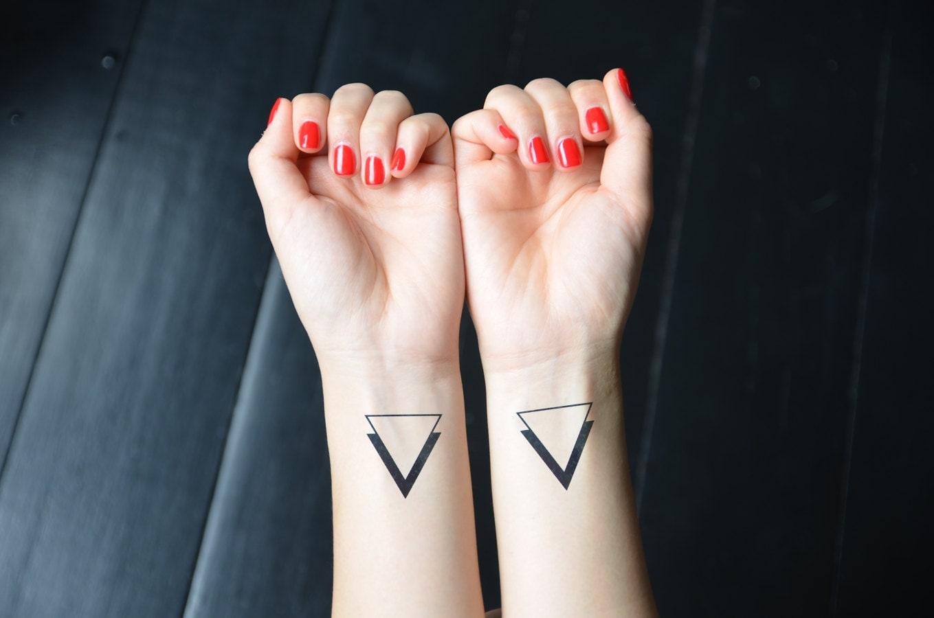 tatouage temporaire de triangles minimaliste par. Black Bedroom Furniture Sets. Home Design Ideas