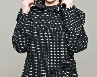 Short wool-rich coat with a detachable hood