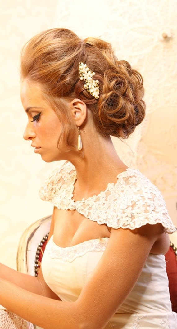 Bridal hair comb decorated with Ivory pearls. Gold filigree head pieace. Wedding hair accessories.