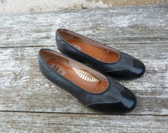 Vintage 1940s/1950s classic shoes  black leather & patent  middle lenght heel size 6