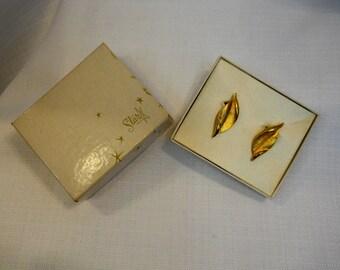Sixties Gold Tone Leaf Earrings 1960s 60s Jewelry Nature Jewelry Vintage Earrings Leaves Earrings Clip On Earrings Textured Earrings NWOT