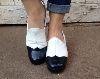 size 8, Vintage 1970s Two Tone Platform Shoes - White and Navy Snakeskin Pattern