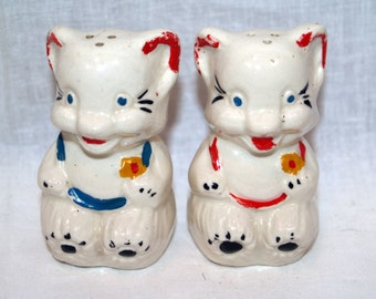 Vintage sitting bears salt and pepper shakers hand painted