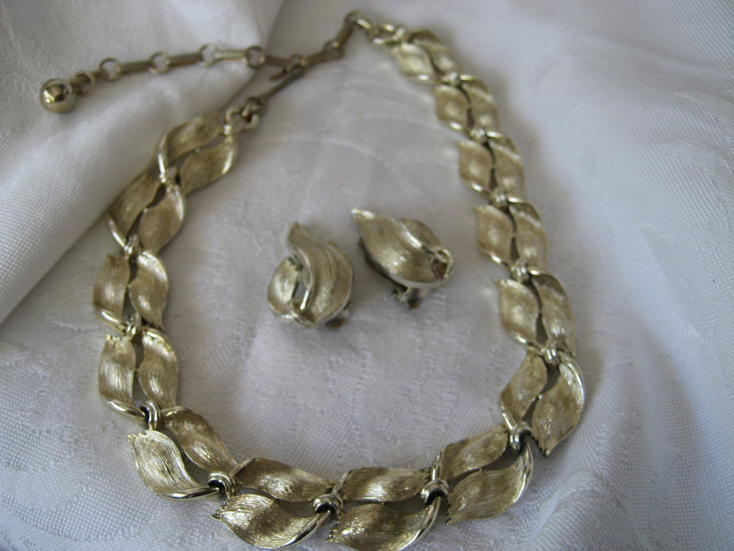 vintage lisner gold metal leaf costume jewelry necklace