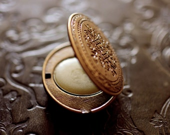 Aumbre Solid Natural Perfume, an exotic amber fragrance in a Mini Compact with a Victorian Design - Vital nature, aromatherapy - Travel