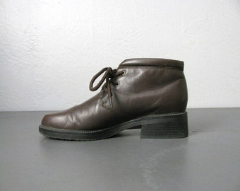 vintage '90s dark brown LEATHER lace-up ANKLE BOOTS. size 6.5 / 7.