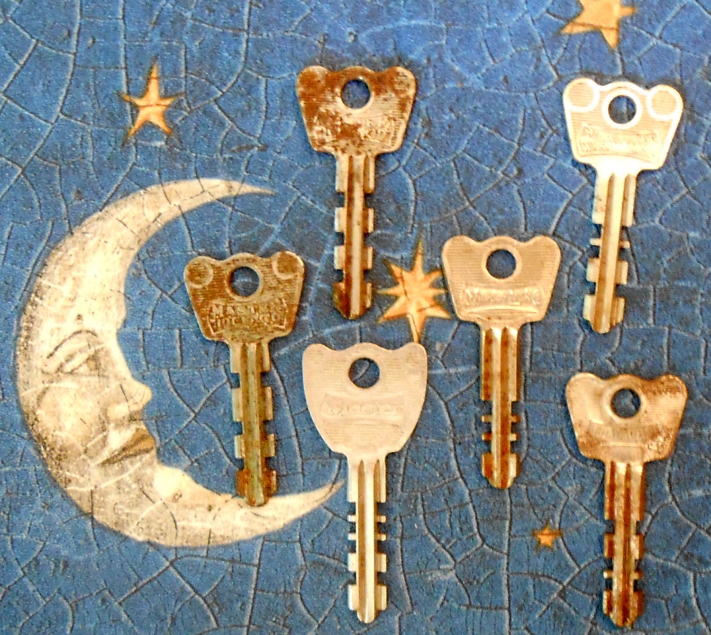 six vintage master lock keys. Black Bedroom Furniture Sets. Home Design Ideas