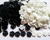 100 pcs Cute Flower button 2 hole Black and white 10mm