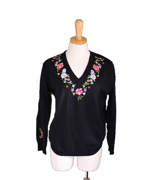 10 Dollar Sale - Vintage 70s Embroidered Flowers V-Neck Sweater - Women L - Preppy by ADES