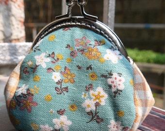 Silver Kiss Lock  Frame Women Bridesmaid Snap Purses Coin Purse Mini Wallet---Daisy Flowers Grass