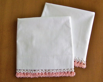 Vintage Hand Tatted Pillowcase Covers Peach Coral Tatted Edge Crisp White Pillowcases Linen Bedding Vintage 1950s