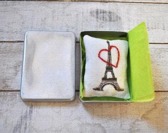 Paris la Tour Eiffel. Lavender sachet in small vintage metal box. Gift idea for France lovers