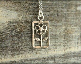 Simple Flower Necklace in Sterling Silver