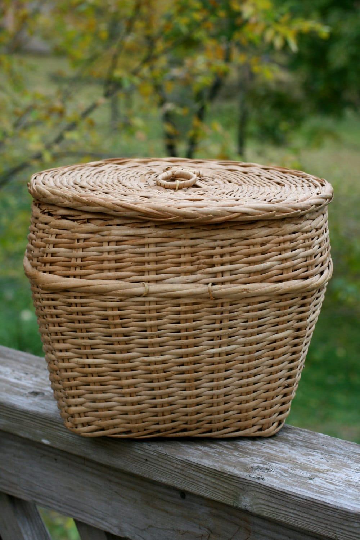 vintage wicker basket with lid large round yarn basket. Black Bedroom Furniture Sets. Home Design Ideas