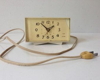 Vintage General Electric Clock Alarm Model 7270KA Retro White Plastic USA E672z