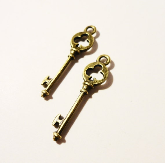 Bronze Key Charms 28x8mm Antique Brass Tone Metal Clover Club Skeleton Key Charm Pendant Jewelry (Jewellery) Making Findings 10pcs