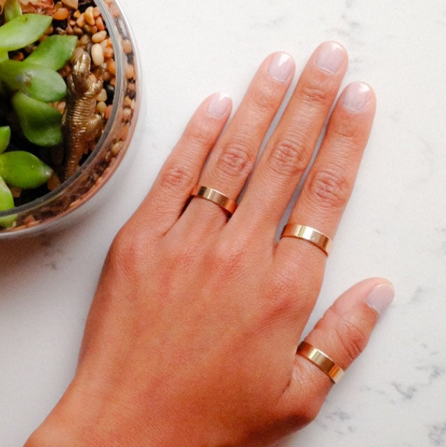 set of two gold band rings //