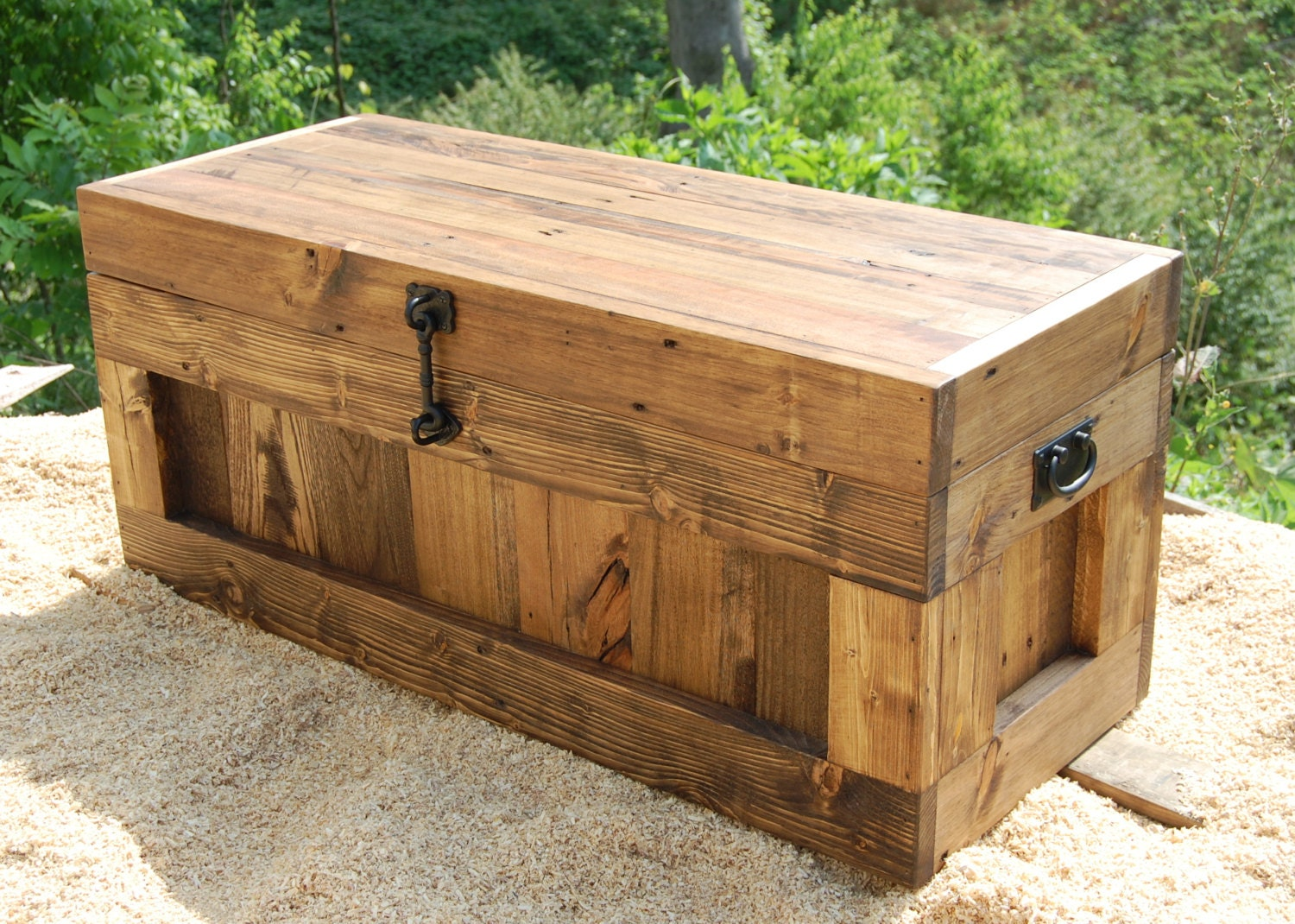 make a storage trunk from wooden pallets upcycling