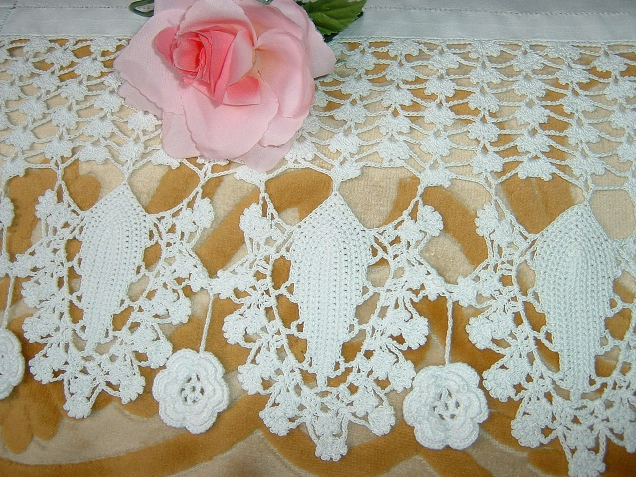 Lace for crochet border border for tent with the roses of for Pizzi all uncinetto per credenze