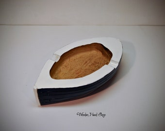 Small boat ashtray hand made with solid oak wood. Dimensions:15 x 8 x 4 cm; with rock 18,5 x 10 x 7,5 cm.