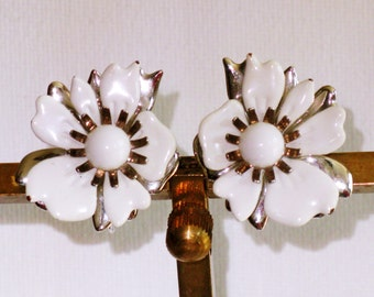 Vintage Sarah Coventry Summer Magic White Enameled Floral Clip Earrings (E-2-1)