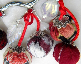 Nice little japanese brooch in chirimen - cranberries