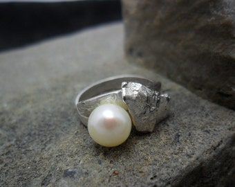 Sterling ring adorned with d a cultured pearl