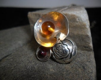 Sterling silver adorned a Garnet and a bead of amber pendant