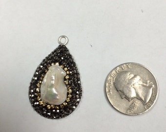Pearl pendant Surround by Crystals.