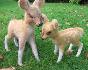 Felt deer, set of two. Felted animal. Felt deer, Needle felted deer and fawn, tall. Needlefelt animal. Felted deer and fawn. Felted animal.
