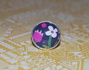 Ring adjustable flowers drawn on black background