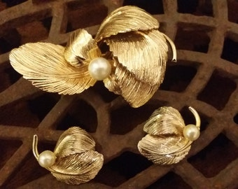 Beautiful Vintage Gold Toned Brooch and Matching Earrings with Leaf Design and Pearl - Costume Jewelry