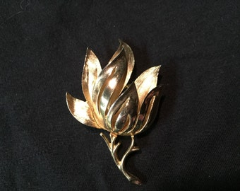 Vintage Crown Trifari gold tone flower brooch