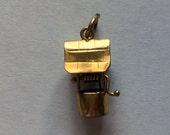 Vintage 9ct English Charm Wishing Well handle turns