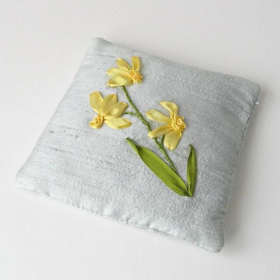 sachet de lavande de jonquilles brod sachet ruban de soie. Black Bedroom Furniture Sets. Home Design Ideas