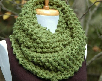 Green Chunky Knit Infinity Scarf, Hand Knit Circle Scarf, Women's Scarf, Winter Scarf, Knit Scarf, Grass Green Knitted Scarf,  Knitted Scarf