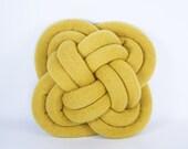 Vordringen der Kopf Notknot Kissen in Senf gelb