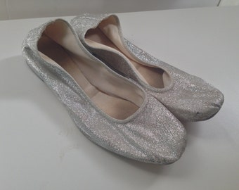 Vintage Silver Glitter Flats // 1960s Silver Flats // Silver Ballet Flats // Lyons of London // Sparkly // Size 7.5