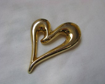 Shiny gold tone open heart shaped brooch pin